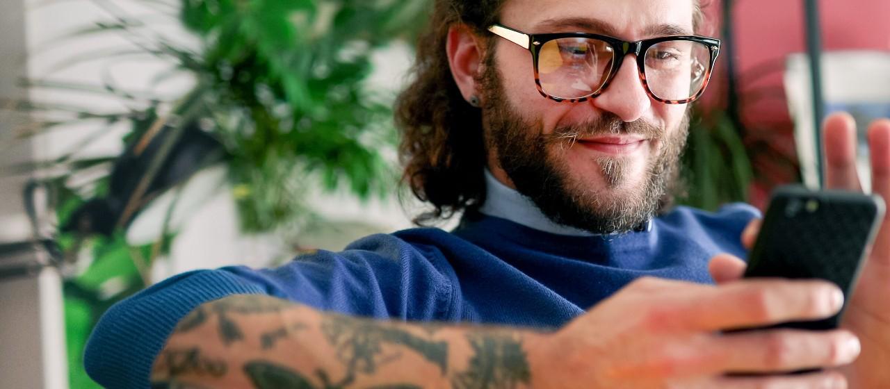 Mann entspannt im Bürostuhl